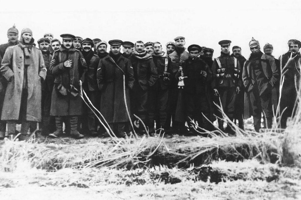 Soldati inglesi e tedeschi insieme durante la tregua di Natale